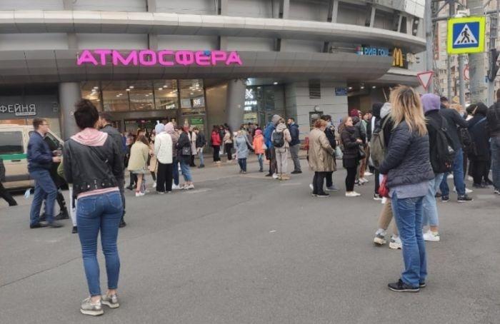 Всех посетителей ТРК «Атмосфера» эвакуировали изздания