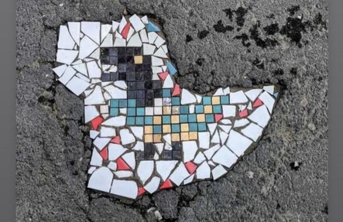 Петербуржцы заделали дырку васфальте мозаикой