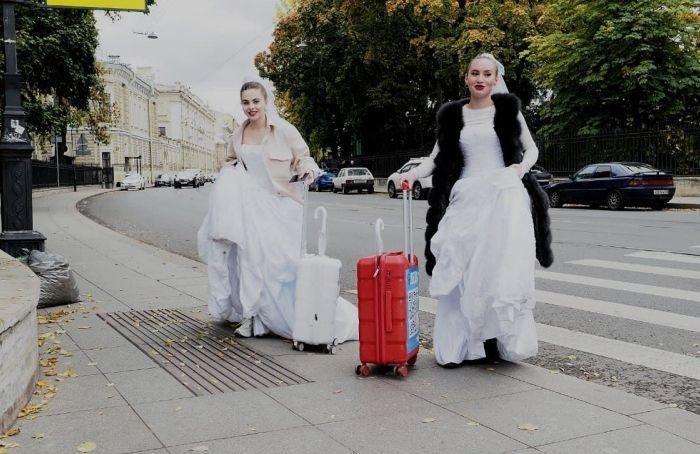 Сотни невест счемоданчиками сQR-кодами заполонили центр Петербурга