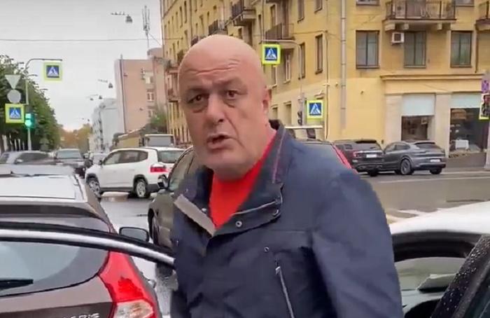 Водитель социального такси ударил женщину-инвалида инакричал нанее