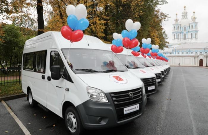 Многодетные семьи получили вподарок отгорода пассажирские микроавтобусы