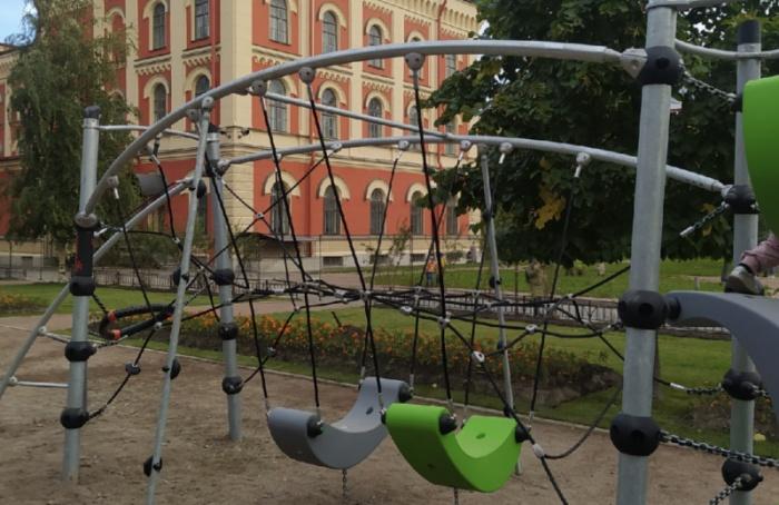 ЗаПавловской гимназией благоустраивают детскую площадку