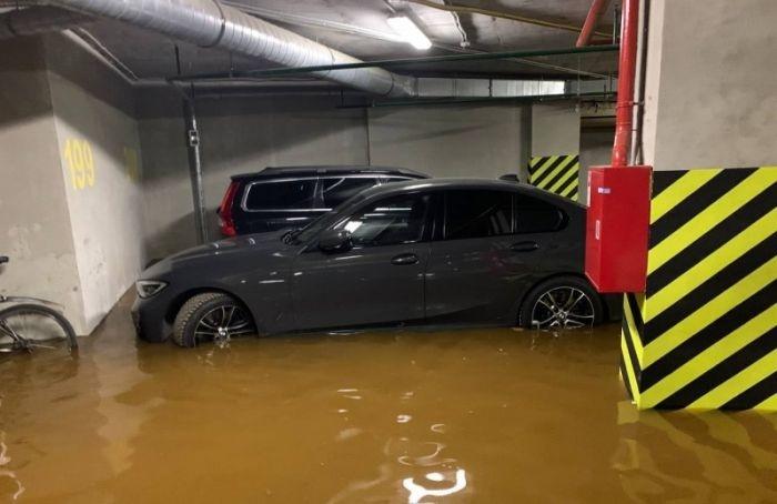 НаЗаневском проспекте затопило подземную автостоянку