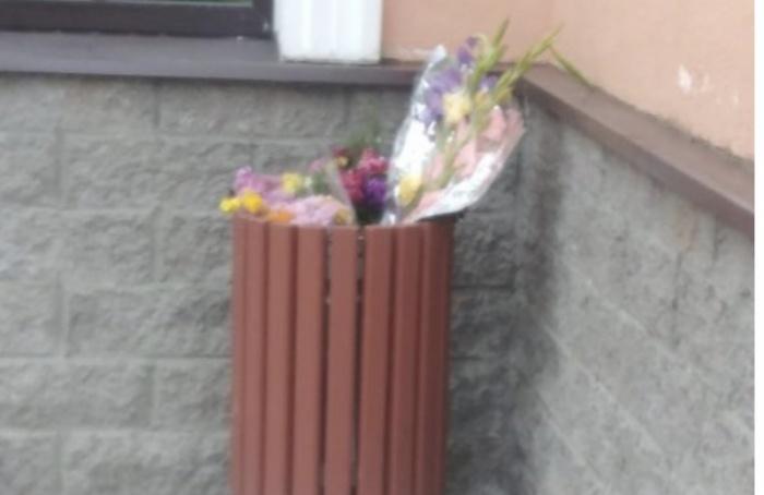 После 1сентября вмусорке обнаружили кучу букетов цветов