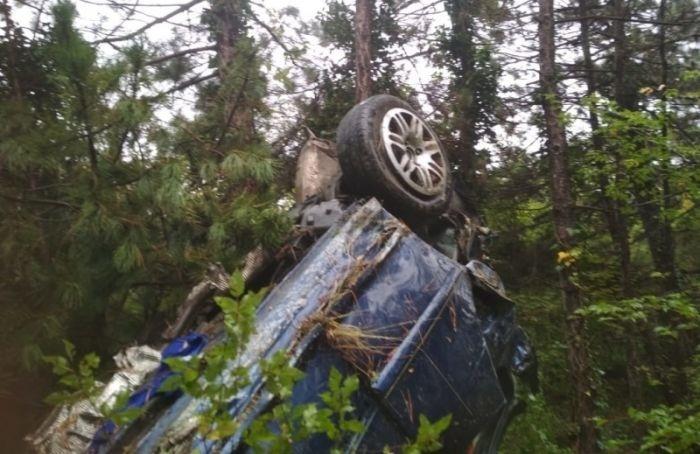 Автомобиль стуристами изПетербурга сорвался собрыва вКрыму