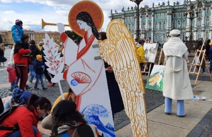 НаДворцовой любой желающий мог раскрасить фигуру ангела