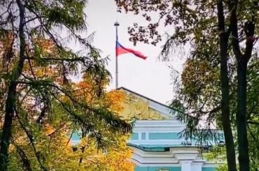 Эрмитаж приспустил флаг взнак скорби после трагедии вПерми
