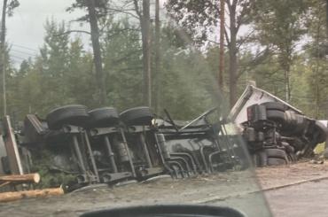Бензовоз перевернулся наМурманском шоссе