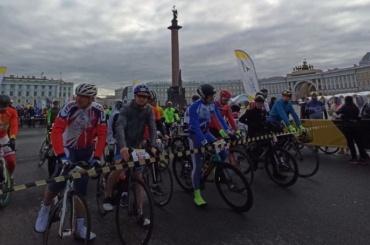 Велосипедисты стартовали вгонке поцентру Петербурга