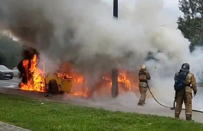 Напересечении Планерной иОптиков сгорел автобус
