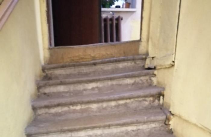 Петербуржцы показали фотографии кривой лестницы вжилом доме