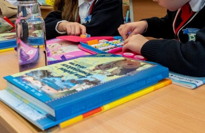 Школьники Ленобласти уйдут надвухнедельные каникулы