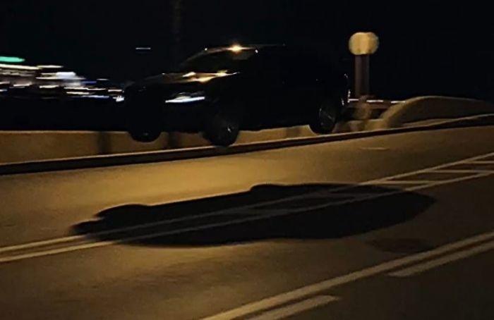 Видео: неизвестный стритрейсер взлетел намашине вцентре Петербурга
