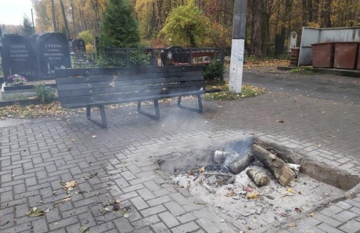 Неизвестные сожгли накладбище скамейку-мемориал, посвященную группе «Кино»
