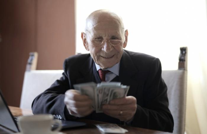 Долгожители Петербурга смогут получить денежные выплаты