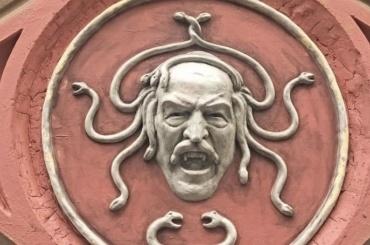 ВПетербурге появилась Горгона слицом человека, похожего наЛукашенко