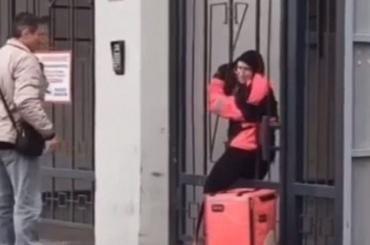 Девушка-курьер сломала железные ворота, чтобы проникнуть кклиенту