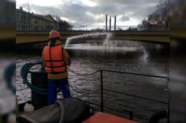 Акваторию реки Мойки очистили отнефтепродуктов спомощью «Дозора»