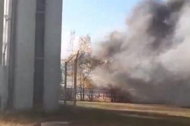 Видео: клубы черного дыма валят из-под вантового моста