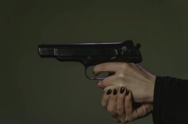Суд прекратил дело женщины, которая угрожала фельдшеру пистолетом