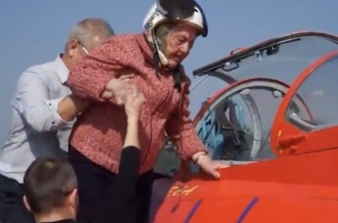 99-летняя ветеран Мария Колтакова совершила полет нареактивном самолете