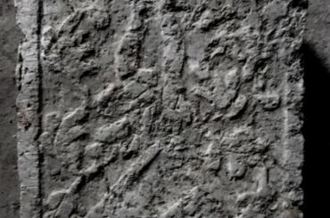 ВВыборге обнаружена средневековая плита сгербом наместника замка