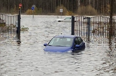 Хроники непогоды: реки выходят изберегов, деревья падают, ветер срывает крыши домов