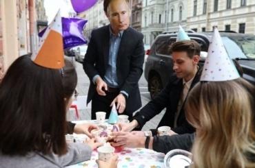 Суд прекратил дело против активистов заперформанс «Чаепитие сновичком»