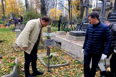 Родственников погребенных на Смоленском кладбище попросили позаботиться о могилах