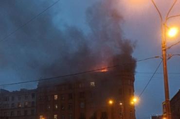 Нанабережной реки Карповки горит мансарда жилого здания
