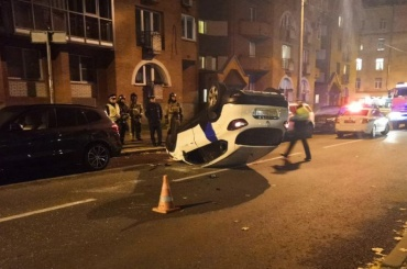 Каршеринговый автомобиль невошел вповорот иперевернулся