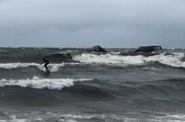 Петербургские серферы ловят волну набушующем Финском заливе