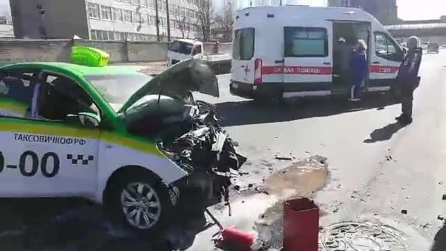 Появилось видео тройного ДТП сучастием такси напроспекте Народного ополчения